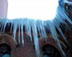 Почему важно убирать с крыши снег и сосульки
