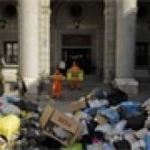 Активисты Greenpeace «насорили» под министерством в Мадриде