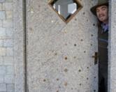 В Ирландии безработный художник Фрэнк Бакли построил дом из денег.