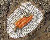 Художник заделывает дорожные ямы в виде мороженного