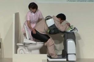 Робот проводит в туалет и посадит на унитаз