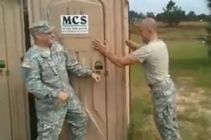 Американские военные штурмуют… туалет