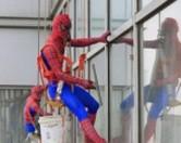 В Шанхае окна моет Человек-паук