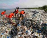 Остров Ява накрыли волны мусора