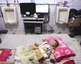 Семья из Китая 7 лет живет в общественном туалете