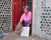 В Боливии живет женщина, строящая дома для бедняков из пластиковых бутылок