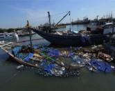 Мощными волнами судно выбросило на берег