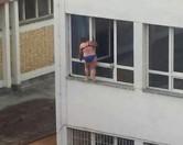 Жительница Сербии ошарашила прохожих своим способом мытья окон