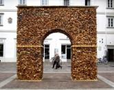 Триумфальная арка — памятник беспощадному обществу потребления.