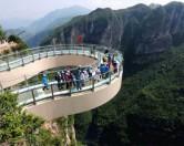 В Китае открыли стеклянный мост над пропастью.