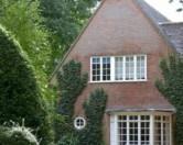 Невропатолог из Англии украсил свой дом фигурами из кустов в форме черепа и рук