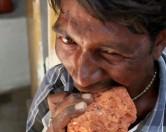 Кирпичи и грязь – обычная еда 30-летнего индианца.