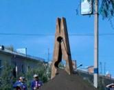 В Усть-Каменогорске поставили памятник бельевой прищепке