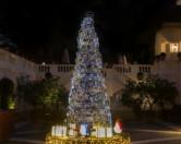 В Риме установили пятиметровую рождественскую елку из сумок