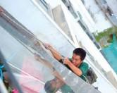Мальчик перерезал страховочный канат, чтобы избавиться от шумевшего за окном рабочего.