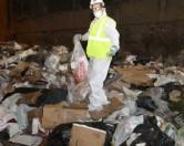 Американец вынужден был искать кольцо жены в куче мусора