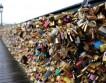В Париже на мосту под тяжестью замков любви упал парапет.