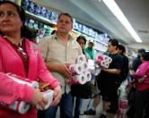 В Венесуэле туалетную бумагу будут выпускать под контролем военных