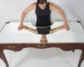 Американский дизайнер создал необычный стол для нарциссов и эгоистов