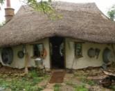 Оксфордский фермер построил себе дом из соломы, глины, песка и воды.